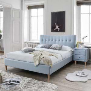 מיטה זוגית 140×190 מרופדת בד גוון כחול בהיר עם שידת לילה תואמת דגם אנדי