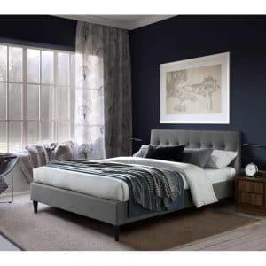 מיטת זוגית מעוצבת 160×190 בריפוד בד עם רגלי עץ מלא דגם פוני 160