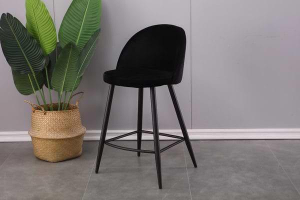 זוג כסאות בר מרופדים בד קטיפתי עם רגלי מתכת דגם קפרי-שחור – משלוח חינם!